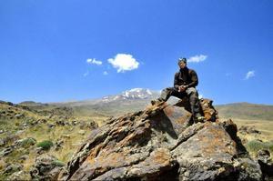 Martin leker bergsget och pustar ut en stund i värmen.