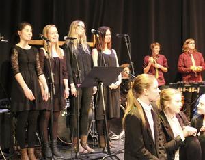Bromangymnasiets estetelever stod för skönsång genom gruppen The beauty singers.