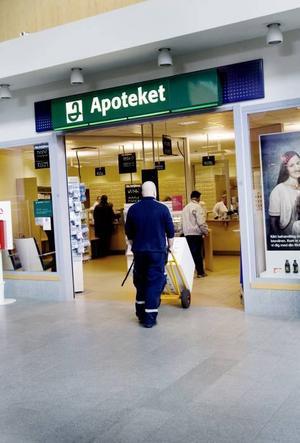 PÅ PLATS. Nu, efter flera månaders väntan, finns en del av vaccinet på plats i Gävleborg. Apotekspersonalen tog snabbt hand om leveransen.