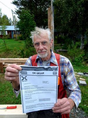 – OKQ8 har dödförklarat mig, säger Gunnar Larshow i Hillsand. Framför sig har han brevet från bevisar att han är