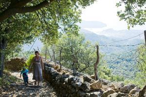 I bergen finns massor av vandringar. Porto Sóller skymtar vid kusten. Hyrbilen är parkerad femtio meter bort.