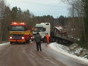 Vid Hysta i Stora Skedvi fick en lastbil problem.