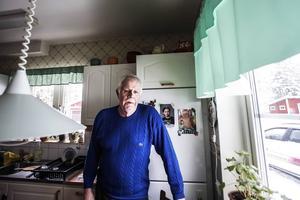 Fritz Dick, Röjan, berättar att han inte längre handlar nere i Rätansbyn på grund av den dåliga vägen.