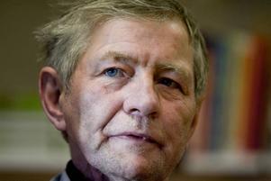 Karismatisk. Clifford Edwards, en gång firad sågare, lämnade ett liv i misär. Han levde i en kartong i 20 år på Londons gator. När han delar med sig av sina erfarenheter trollbinder han publiken.
