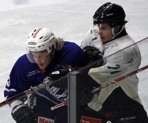 Mårten Jakobsson gjorde debut för Köping HC. Den varade i knappt två perioder, sen åkte forwarden på matchstraff - som tände resten av laget.