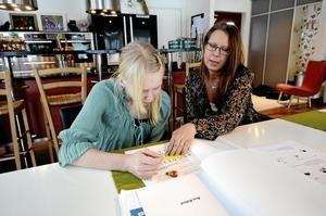 Skola. Nu ska Josefine Ylikoski få en medhjälpare så hon kan åka skolskjuts igen. Här får hon hjälp med skoluppgifter av mamma Maria.