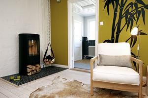 Sovrummets väggdekoration har Kajsa målat på de olivgröna väggarna. Här var tidigare kök.