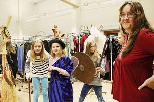 Dramaläraren Maria Flink har äntligen fått plats till alla kläder som dramaverksamheten samlat på sig under 14 år och Irma Brander, Klara Grönlund och Moa Gahlin har redan hunnit hitta de bästa.