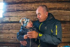 Lille Ville Eriksson och farfar Timo provsmakade rabarber- och jordgubbssaft på Brunkulla Gård.