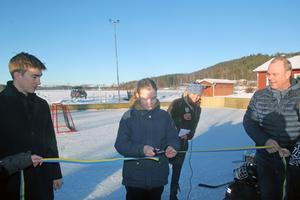 Ellen Alfredsson klippte bandet när den nya hockeysargen vid Ullvi skola invigdes.