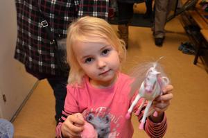 Loppisfynd. Imme Säteraas har fyndat en häst och gjort en insats för världens barn.