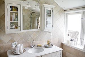 Duschrum med marmor och många burkar.