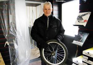 Stefan Persson med barnbarnet Linus hjul i handen där kedjekransen är trasig.