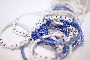 Pärlor med inskriptionen