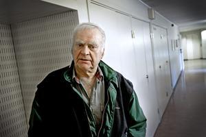Bedrövad. John Hägglund, pappa till den mördade Kennet Hägglund, uttryckte vid en paus under gårdagens rättegång sin besvikelse över att den misstänkte mördaren hade kvar sina jaktvapen trots psykisk ohälsa.Bild: Håkan Risberg