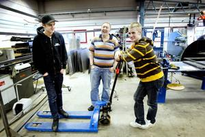 Goda chanser. Läraren Ari Nurmi är övertygad om att eleverna Robin Ljunggren och Markus Sjöblom har goda chanser att få jobb efter den gymnasiala svetsutbildningen.