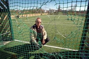 Framflyttad invigning. Kultur och fritidsnämndens ordförande Björn Eriksson skulle ha invigt spontan-idrottsplatsen i Kumlaby i går. Sedan den vandaliserats förra veckan är invigningen framskjuten.