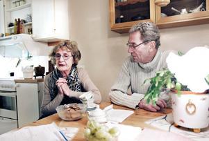 90-åriga Margareta Forsman saknar sin man Lennart som flyttade till ett äldreboende i somras. Nu hoppas hon att de kan bli sambos igen tack vare ändringen i socialtjänstlagen. Till höger i bild syns Lennart Forsmans son Ulf.