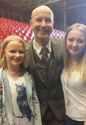 Ella Boäng och Emilia Wedmark står här tillsammans med prisutdelaren Mark Levengood i Fryshuset, Stockholm.