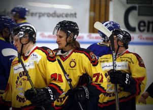 Jonathan Hedström tackar för matchen. Därmed kan ännu ett kapitel skrivas i 37-åringens hockeyhistoria.