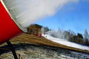 Nu går snökanonerna för fullt i Nolbybacken. Nio maskiner tillverkar konstsnö och backen kan vara klar för en ny alpin säsong om någon vecka.