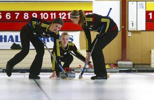 Emma Sjödin, Sofie Bergman och Sandra Ljungberg (Tova Sundberg är utanför bilden) lyckades inte nå sitt mål: Det slutade med silver i JSM-finalen i Karlstad.