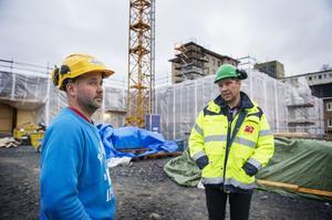 Simon Östman från Bredbyn är snickare på akutenbygget. När det är klart kan han tvingas pendla.