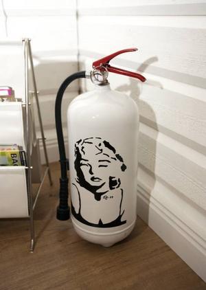 DESIGN I DETALJERNA. Brandsläckaren är smyckad med Marilyn.