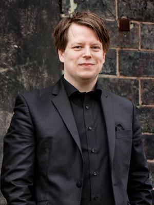 Dalasinfoniettans konstnärlige ledare, dirigenten och violinisten Tobias Ringborg kommer till Ovanmyra.