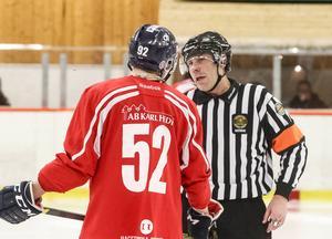 Domaren Björn Larsson under en match mellan Söderhamn/Ljusne och Falun i fjol.