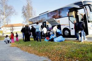 I går vid 15.00-tiden anlände de första flyktingarna till Frösön som ska bli deras tillfälliga bostad på obestämd tid.