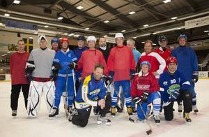 Lagmedlemmarna på bilden, stående från vänster: Patrik Ericsson 44 år, Stefan Eriksson (målvakt) 31 år, Johan