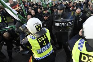 Demonstranter från Nordiska motståndsrörelsens (NMR) konfronteras av kravallpoliser vid demonstrationen i centrala Göteborg på lördagen.Foto: Björn Larsson Rosvall