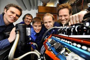 Cargines personal samlad runt den monterade fyrcylindriga toppen i motorlabbet. Från vänster: Herman Jonsson, Erik Hertz, Mattias Rosengren, Anders Höglund och Urban Carlson.