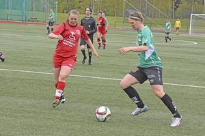 Själevads Josefine Larsson utmanar Biks Emelie Westerlund. Det blev inte mål den gången.