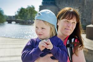 Marie Arenvang, 39 år, Lindesberg, med dottern Frida 3 år och Hanna 5 månader.– Jag firar gärna med någon trevlig utflykt med gott fika. Min egen mamma bor i Västerås så jag ringer henne eller skickar ett kort. Kanske hinner vi åka dit och fika med henne.