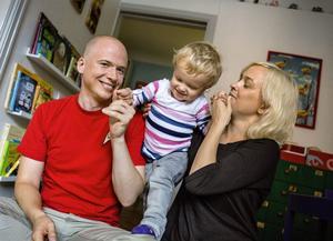 """TID MED TAGE. Daniel Åberg och Johanna Ögren har gjort en rätt otraditionell uppdelning, där Daniel har tagit merparten av föräldraledigheten med sonen Tage. """"Man måste ha respekt för att alla inte kan göra likadant, men jag är ändå väldigt glad över att jag var hemma så mycket med Tage. Och jag tycker att det är jävligt dåligt att många pappor inte är det över huvud taget"""", säger han."""