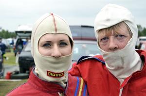 Johanna Kling och Jane Svedhjelm från Team Superhjältarna följer reglementet och skyddar ansiktet.