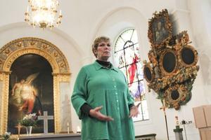 Annika Östberg framför koret i Ulrika Eleonora kyrka.
