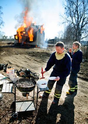Under dagens övning passade brandmännen på att sola och grilla korv. Magnus Hernerud, räddningstjänsten Järpen, lät sig väl smaka.
