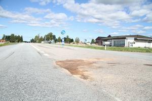 Olyckan inträffade alldeles utanför Gryttjoms värdshus. Minst en person fick föras till sjukhus i ambulanshelikopter