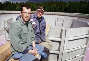 – Det här är vår framtidssatsning, beskriver Mats Gustafsson, här tillsammans med sin far Dan Gustafsson, biogasprojektet på gården i Yttergärde.