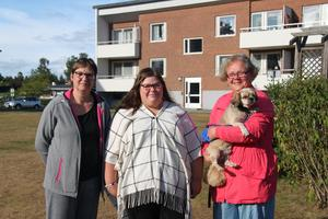 Margareth Rundqvist, Alexandra Hult och Lotta Igestål med hunden Roy är några av de som nattvandrar i Tallnäs.