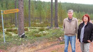 Arkeologerna Gehard Flink och Ingela Norlin i området där de hittade en boplats från strax efter istiden. Riklig tillgång på älg var en orsak till att människor bosatte sig här. Älgpasset i bakgrunden visar att det fortfarande finns älg här.
