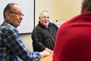 I Kolsva under tre timmar på tisdagseftermiddagarna pågår en sudiecirkel i fotografi i ABF:s regi. Bror Backman är ledare, Paavo Bolmefalk syns till vänster i bild och till höger ryggtavlan på Leif Jonsson.