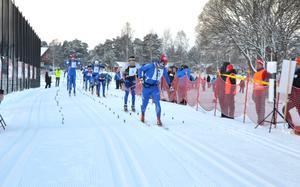 Victor Gustafsson korsar mållinjen som etta i Moraloppet 2017.