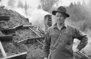 Leif Blomqvist, från Söderala, fortsätter att gräva i sitt bildarkiv. Den här bilden är tagen 1972 i Lassekrog, mellan Korskrogen och Kårböle. Johan Eriksson, från Järvsö, skötte kolmilan som visades för turister i Lions regi, berättar Leif Blomqvist.