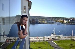 Fredrik Larsson är nöjd med utsikten från balkongen över både vattnet och bort mot Inre hamnen.