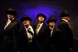 Män som slutar på Y. Dalateatern gör succe med en pjäs om män som gästade Folkteatern i går. Här är de fem, från vänster Joel Torstensson, Pia-Karin Helsing, Ulrika Ellemark, Eleanora DeLoughery Nordin och Pär Andersson (före detta Skottes). Foto: Per Eriksson