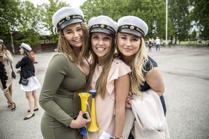 Signe Lundgren, Erika Lindgren och Julia Karlsson på Hagagymnasiet önskar sig bra väder på studentdagen.